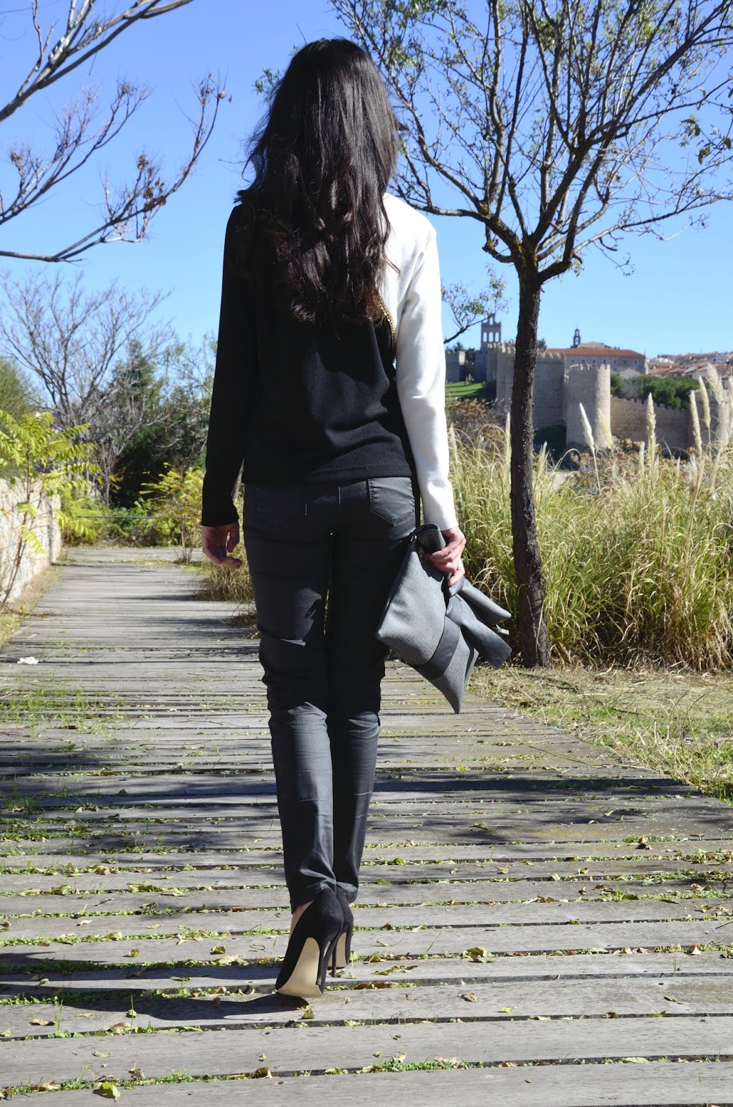 look-black-white-stilettos-blogger-autumn-low-cost-outfit-trends-gallery