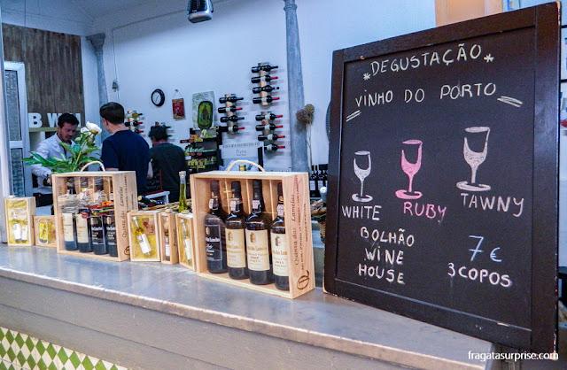 Balcão de degustação de vinho do porto no Mercado do Bolhão, Porto, PortugalBalcão de degustação de vinho do porto no Mercado do Bolhão, Porto, Portugal