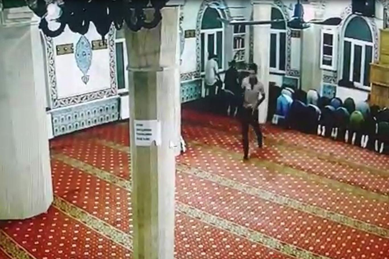 Diyarbakır'da Abdulcelil Camii'ndeki hırsızlık girişimi kameralara yansıdı