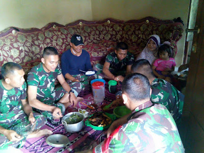 Mantapkan Kemanunggalan TNI - Rakyat, Satgas TMMD Makan Bersama