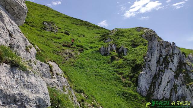 Salvando los cortes de la arista del Pico Luengu