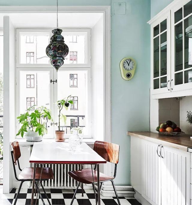 Interni svedesi: Mix di stili in bianco e colori naturali