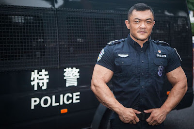Chinese policeman shows big guns at gym