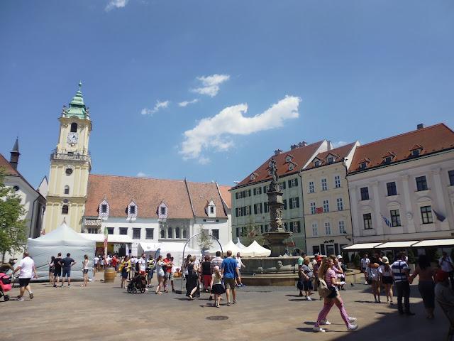 Plaza de Hlavne Namestie (Bratislava) (@mibaulviajero)