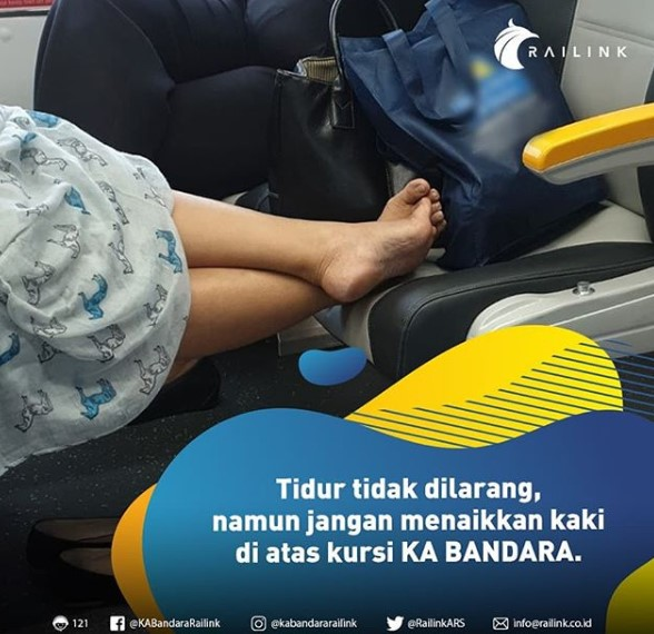 duduk naikkan kaki ke bangku depan KA Bandara railink