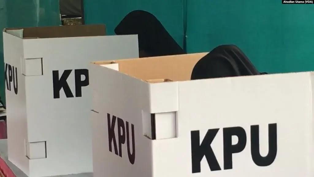 Sejumlah tokoh menyikapi keputusan penyelenggaraan Pilkada serentak 9 Desember mendatang dengan menyatakan akan golput atau menggelar aksi menentang pilkada. Inikah cikal bakal pembangkangan publik di tanah air