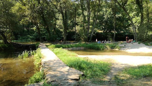 Passadiço pedra para atravessar o Rio Homem