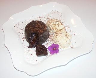 prajitura lava cake, dulciuri, prajituri, deserturi, ciocolata, vulcan de ciocolata, retete, prajitura ciocolata, retete culinare, crema de ciocolata in crusta,