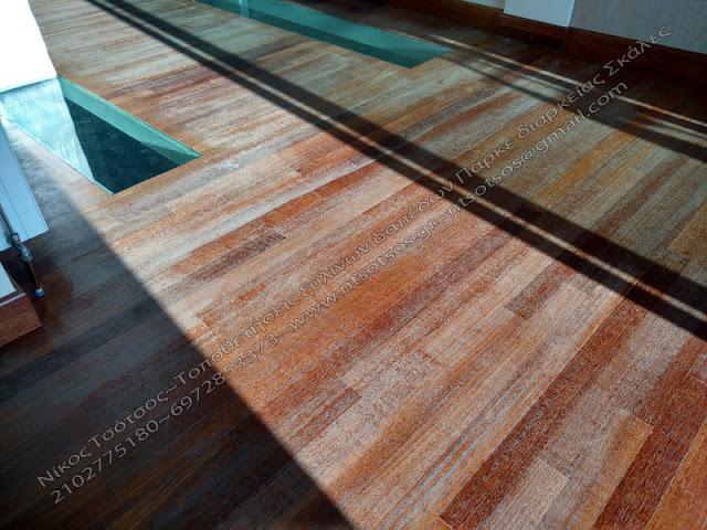 φθορά σε ξύλινο πάτωμα ντουσιέ