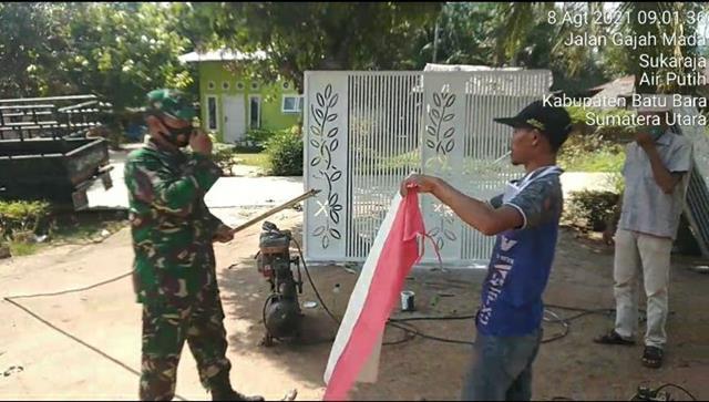 Dengan Cara Komsos Personel Jajaran Kodim 0208/Asahan Himbau Warga Pasang Bendera Merah Putih