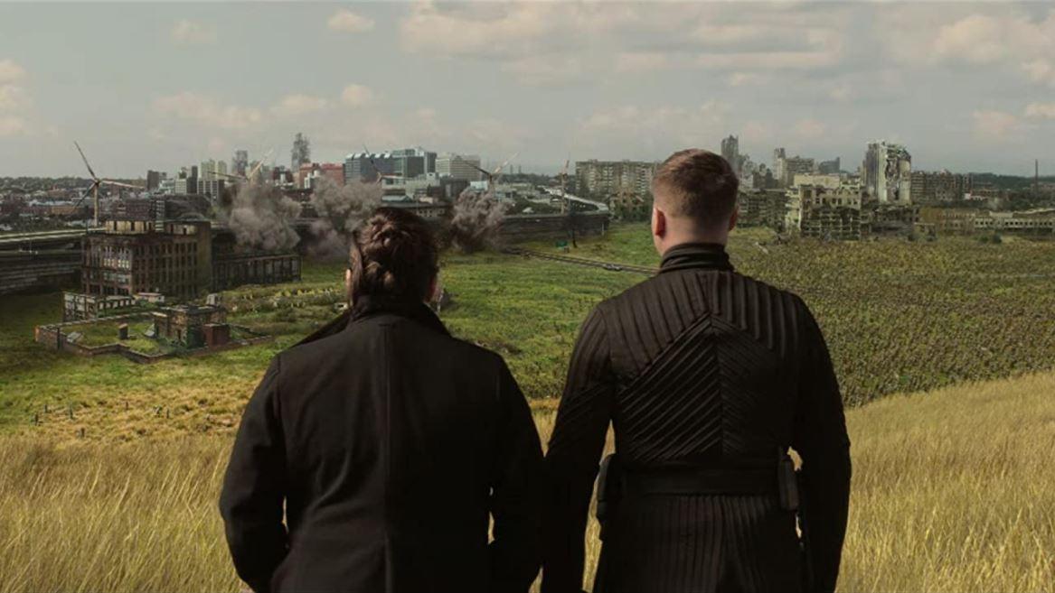 Elizabeth observa la destrucción de Omaha en The Walking Dead World Beyond