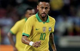 Neymar vestido com camisa de seleção brasileira