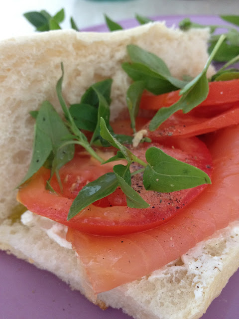 sandwich, saumon fumé, basilic, ricotta, tomates