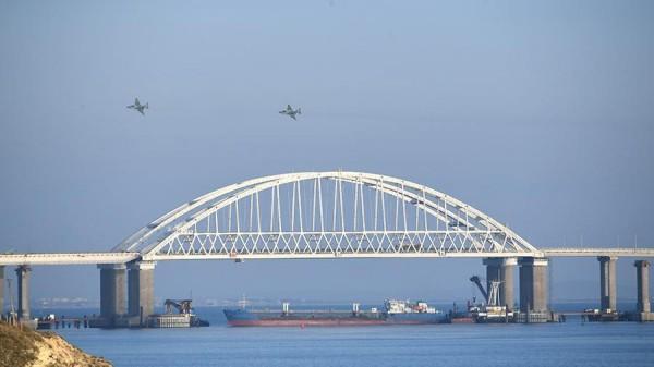 Înălțimea a deschiderii principale (de fapt - singurii) de navigație a podului Kerci (35 de metri) permite să treacă sub ea navelor cu o înălțime de cel mult 33 de metri.