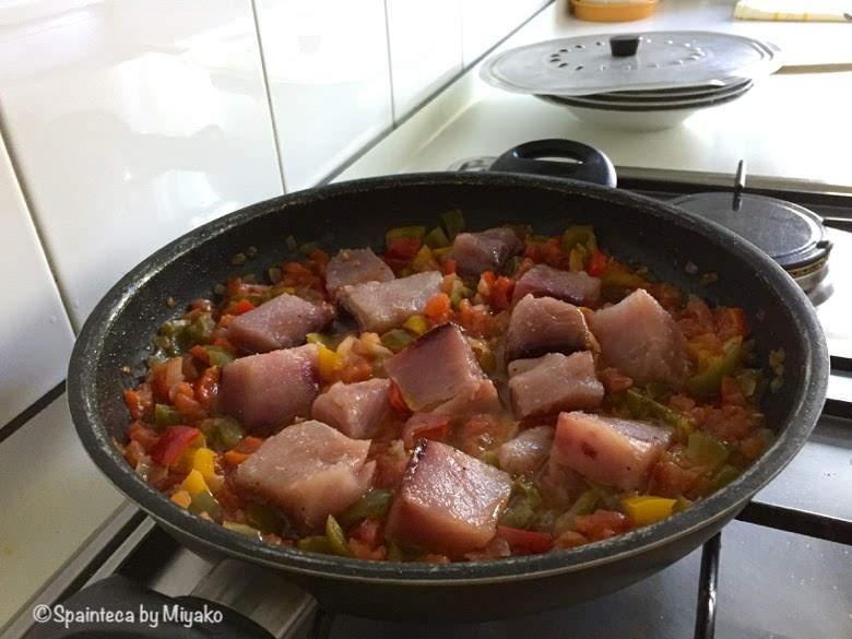 煮えた野菜にボニートデノルテを入れる様子