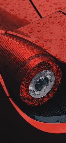 خلفية مصباح سيارة رياضية حمراء خلفي مغطى بقطرات المياه
