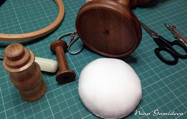процесс сборки деревянной игольницы на ножке.