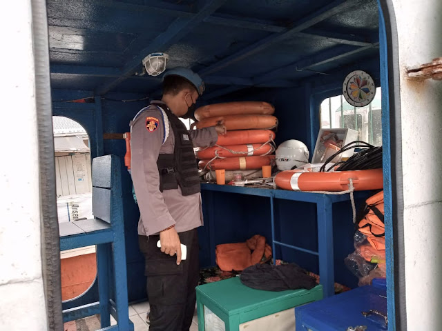 Anggota Polsek KP. Mentaya Sambangi Motoris Kapal Ferry Penyeberangan Sampit - Seranau
