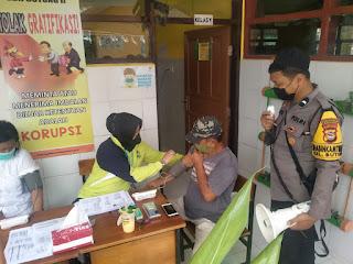 Mempercepat Proses Vaksinasi Gerai Door to door, Bhabinkamtibmas Butung berikan Pengamanan