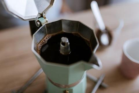 Kotyogós kávéfőzőket és cintányérokat is elvitt egy betörő Jászapátin