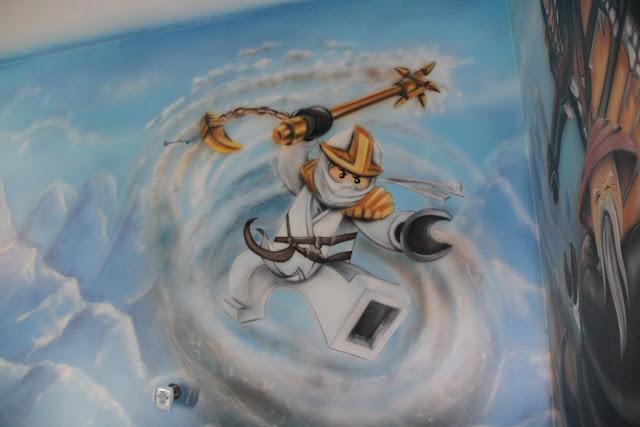 Ciekawy sposób na zagospodarowanie ściany w pokoju chłopca na poddaszu, malowanie graffiti na ścianie