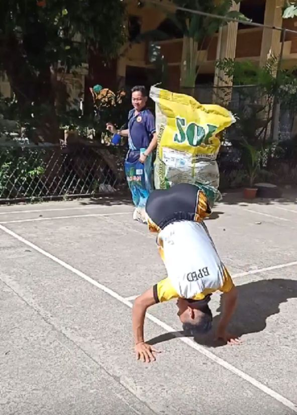 VIDEO: Student wins sack race with impressive moves