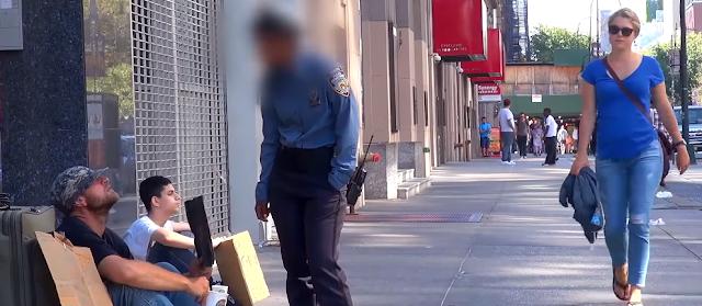Αστυνομικός χτυπάει ζητιάνο αλλά αυτός δεν αντιδράει. Δείτε τώρα τι κάνει το παιδάκι από πίσω!