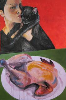 Femme-attablée-devant-1-poulet-embrassant-un-chat