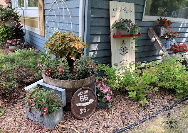 Foto de vinhetas de jardim de lixo ao longo da casa