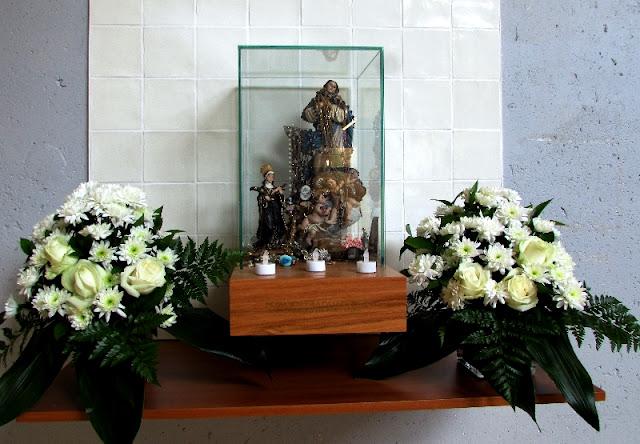 altar com santos e flores na entrada do Mercado Temporário do Bolhão