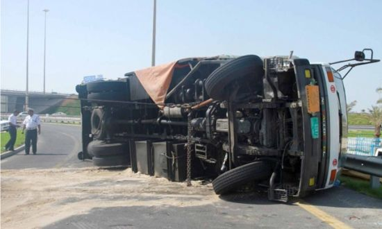 """عاجل: إنقلاب شاحنة بمدارة أسايس يشل حركة المرور بتكوين + """"صور"""""""