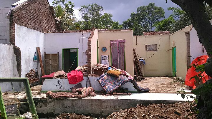 rumah roboh di tasikmalaya
