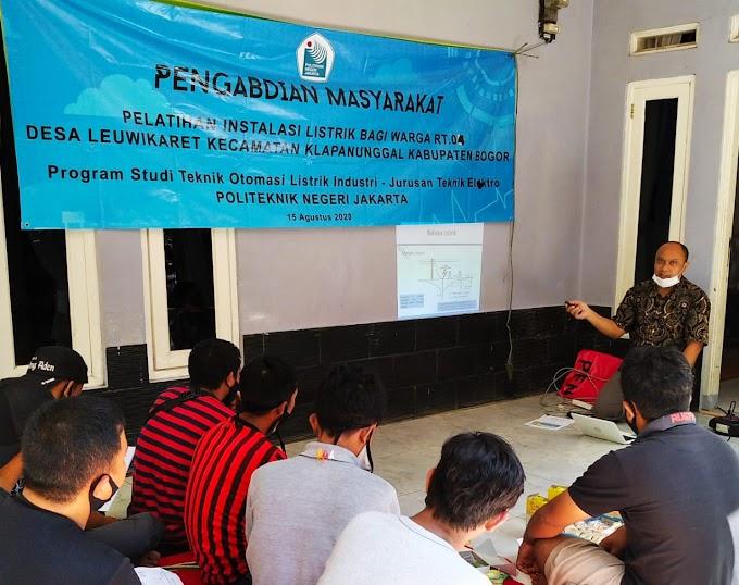 Dosen dan Mahasiswa PNJ Bantu Warga Terdampak Covid-19 di Klapanunggal