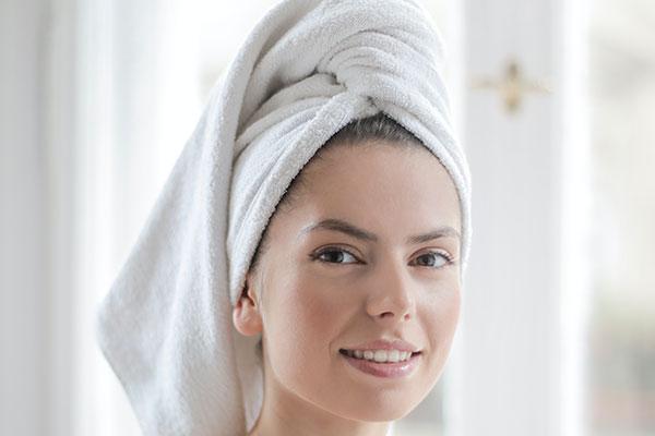 Perbandingan Mandi Menggunakan Shower dengan Gayung, Mana yang Lebih Baik