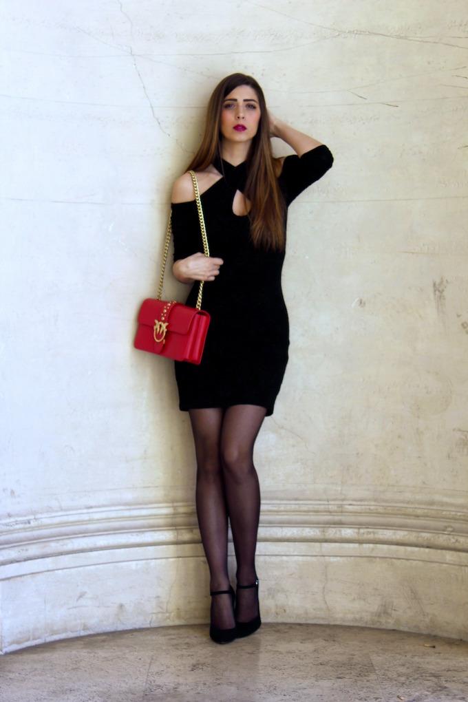 abito con le spalle scoperte per un look sensuale e femminile