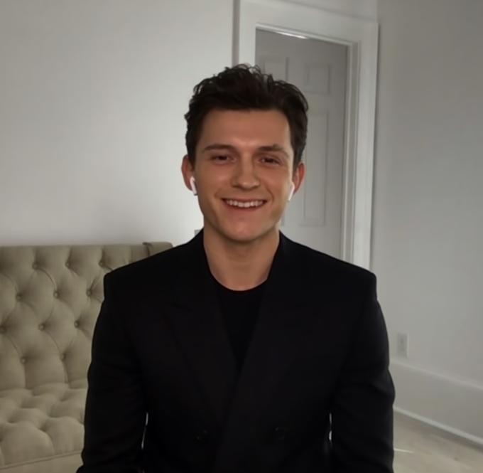 Tom Holland mostra que fica de cueca nas entrevistas online