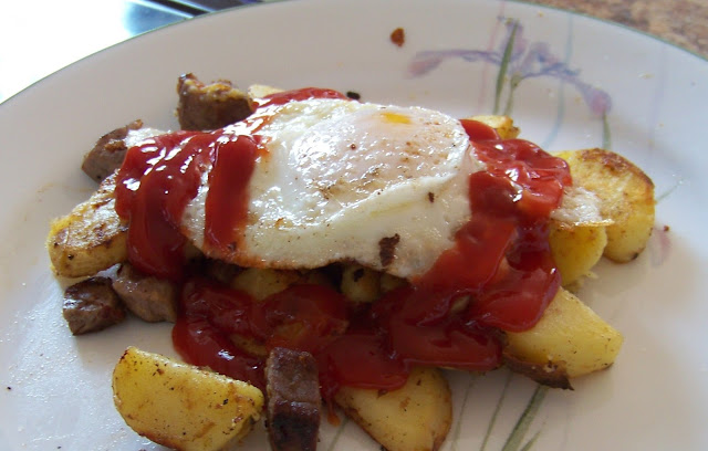 Biksemad with egg and ketchup