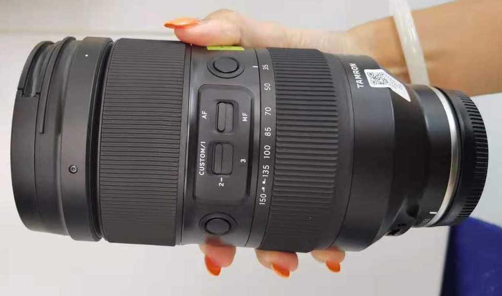 Tamron 35-150mm f/2.0-2.8 Di III VXD в руке