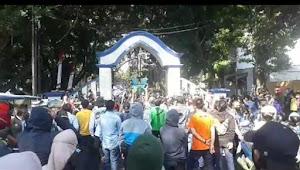 Tanpa Korlap, Secara Spontan Warga Lakukan Unjuk Rasa di Gerbang Pendopo Garut
