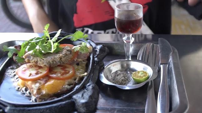 Món bít tết tại Pâté - Bifteck - Oeuf có rựu vang ăn kèm