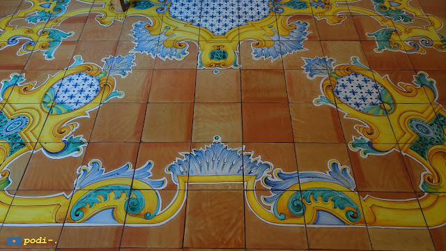 Ceramica nel pavimento del palazzo Murat, a Positano, Costiera Amalfitana