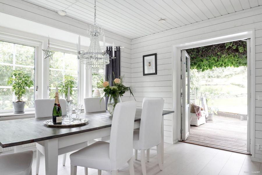 Drewniany domek w bieli i szarościach, wystrój wnętrz, wnętrza, urządzanie mieszkania, dom, home decor, dekoracje, aranżacje, scandi, styl skandynawski, scandinavian style, jadalnia