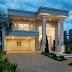 Fachada de casa com estilo neoclássico e porta de entrada em alumínio com pano de vidro!