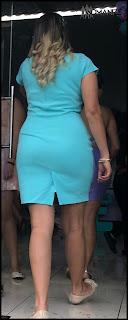 Elegante mujer vestido entallado caderas trasero redondo