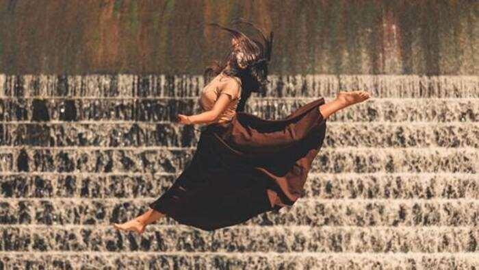 """Conhecer para valorizar. A partir deste princípio o Coletivo Emaranhado e o Grupo Estirpe montaram o projeto de videodança """"Vitória X Mucurici: Aproximando Saberes"""", resultado da residência coreográfica na cidade de Mucurici (ES). Com a participação de mais de 25 profissionais, a ideia é estabelecer a ponte entre ambos grupos de dança, reconhecendo as trajetórias na dança e expandir o mercado de arte cênica capixaba."""