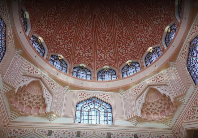 Interior Masjid Putrajaya dengan dinding rose quartz