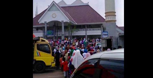 Astaghfirullah... Masjid Raya Daan Mogot Digunakan untuk Bagi-bagi Sembako oleh Tim Ahok-Djarot