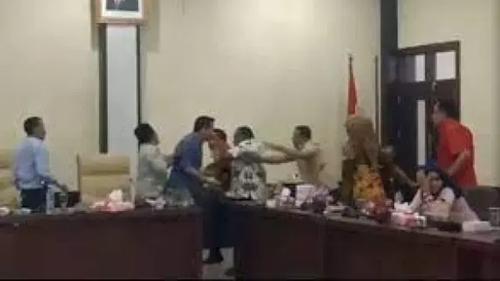Memalukan! Lagi Sibuk PPKM, Beredar Video Amatir Dua Wakil Rakyat Adu Jotos Saat Bahas Uang