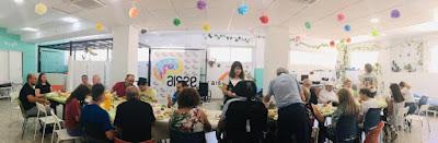 Socios, usuarios y familiares comiendo en el Centro Sinergia