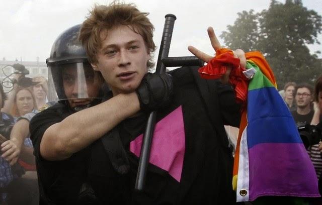 Joven gay ruso, con triángulo rosa